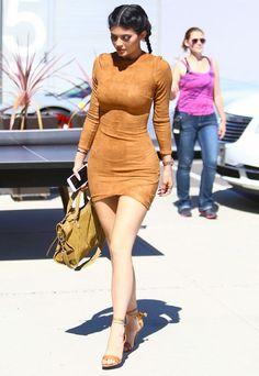 Look Kylie Jenner com vestido de suede marrom.
