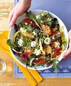 Leichte Salat-Rezepte für den Sommer: Brotsalat mit Minze und Mozzarella