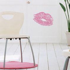 Růžový otisk rtů ve světlém pokoji Wall Stickers, Tapestry, Chair, Furniture, Design, Home Decor, Wall Clings, Hanging Tapestry, Tapestries