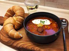 Erdélyi savanyúkáposzta-leves pirított kolbásszal, tejföllel