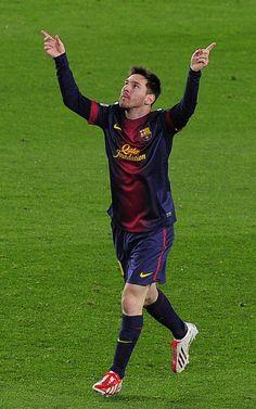 Leo Messi celebra con los brazos en alto su gol
