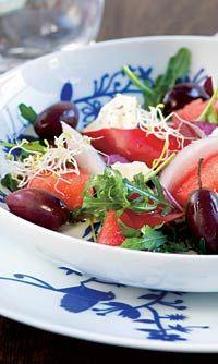 Kreikkalainen salaatti vesimelonista, kevyt klassikko kiireiseen arkeen. Yhdessä annoksessa 91 kcal. www.fit.fi