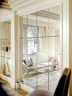 mur revêti de miroirs pour agrandir l'espace