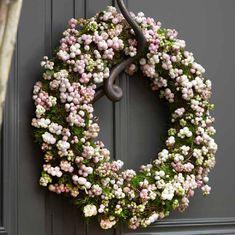 Doe det själv: en vacker krans med besjes - Libelle - Lilly is Love Christmas Holidays, Christmas Wreaths, Bunting, Wreaths And Garlands, Diy Pins, Diy Wreath, How To Make Wreaths, Xmas Decorations, My Flower