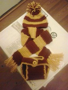 This is a pattern for a diaper cover, hat and scarf set inspired by the Harry Potter movie. This set was made in the Gryffindor's colors...