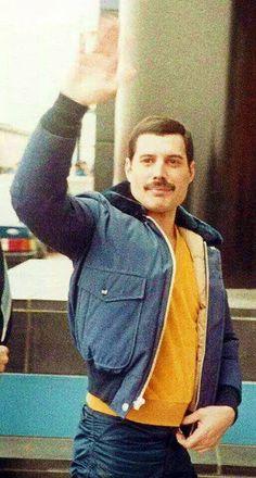 Freddie Mercury waves at fans Brian May, Queen Love, Save The Queen, Queen Queen, Queen Freddie Mercury, John Deacon, Freddie Mercuri, Mr Fahrenheit, Roger Taylor