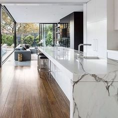 What a beautiful marble bench in the kitchen at the Curva House by lsa architecWhat a beautiful marble bench in the kitchen at the Curva House by lsa architects kitcheninspo kitchendesign interiordesign Galley Kitchen Design, Galley Kitchen Remodel, Modern Kitchen Design, Modern House Design, Interior Design Living Room, First Apartment Decorating, Cuisines Design, Home Decor Kitchen, New Homes