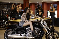 The temperature rose in the publishing Harley Davidson - Fashion Inclusive Brazil Wheels, Culture, Image, Life, Fashion, Harley Davidson Models, Moda, Fashion Styles, Fashion Illustrations