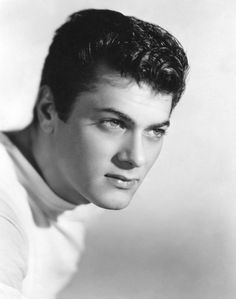 The supremely handsome Tony Curtis. Hooray For Hollywood, Hollywood Icons, Golden Age Of Hollywood, Vintage Hollywood, Hollywood Stars, Classic Hollywood, Hollywood Glamour, Tony Curtis, Lee Curtis