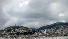 El Panecillo la Virgen de Quito y cúpulas de Santo Domingo.