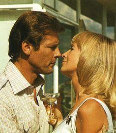 """Roger Moore y Susannah York en """"Oro"""" (Gold), 1974"""