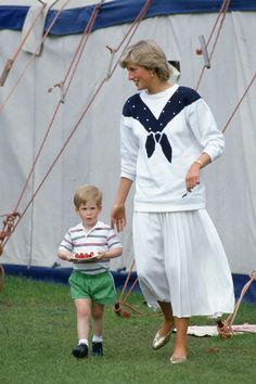 Princess Diana let a young Prince Harry enjoy a treacle tart for breakfast, according to her personal chef Carolyn Robb. He gave her a handwritten note from Diana once that said: 'Mummy says it's ok! Princess Diana Fashion, Princess Diana Family, Royal Princess, Princess Of Wales, Princess Beatrice, Lady Diana Spencer, Diana Son, Prince Harry, Baby Prince