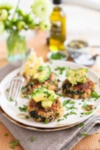 Spinach Quinoa cakes 1 cup quinoa 2 cups water 4 eggs, whisked 1/3 cup Parmesan cheese 3 spring onions, sliced thin 3 cloves garlic, minced 1/2 teaspoon sea salt 1 cup steamed kale, chopped 1 cup breadcrumbs 1 teaspoon olive oil optional toppings: avocado, cilantro, lemon juice, salsa verde, garlic oil