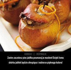 Zanim zaczniesz piec jabłka posmaruj je masłem! Dzięki temu skórka jabłek będzie chrupiąca i nabierze pięknego koloru!
