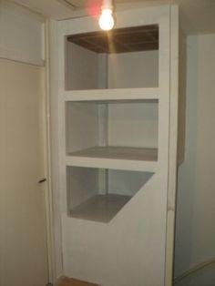 foto van de afgewerkte kast boven de trap. zeer veel opbergruimte in een hoek waar je normaal niets mee doet!