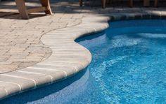 Couronnement Arrondi  Belle apparence, simple et classique.    Les bords arrondis donnent aux contours de piscines, aux murs d'assise et aux marches une apparence plus douce. Disponible en deux finis distincts : lisse pour une apparence plus moderne, et vieillot qui s'intègre mieux à un décor rustique.