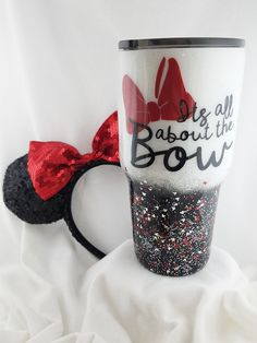 "disney cups ""All about the bow"" Minnie Mouse inspired tumbler cupThis vacuum insulated stainless steel tumbler has layers of glitter and accented with Minnie heads and bows. Any color com Diy Tumblers, Custom Tumblers, Insulated Tumblers, Glitter Tumblr, Thermos, Minnie Mouse, Disney Cups, Glitter Cups, White Glitter"