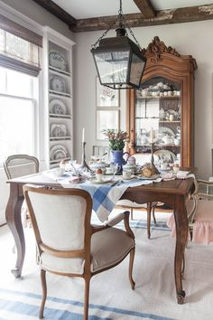32 Shabby Chic Living Room Decor Ideas for a Comfy and Gorgeous Interior - The Trending House French Country Dining Room, French Country Cottage, French Country Style, French Table, Shabby Cottage, Cottage Chic, French Decor, French Country Decorating, French Farmhouse Decor