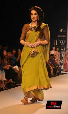 A simple handloom cotton saree in mehendi green by designer Anavila. I loved the entire look. What completed the outfit was the neck piece turning the costume from drab to simply stunning. Indian Look, Indian Ethnic Wear, Indian Style, Indian Dresses, Indian Outfits, Indian Clothes, Desi Wear, Saree Blouse Designs, Sari Blouse