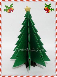 Árvore de natal em origami. Tamanho aprox: 18cm de altura feita em papel relux na cor esmeralda (verde) e com estrela dourada.    Deixe seu ambiente de trabalho ou sua casa ainda mais alegre com esta árvore cheia de charme!