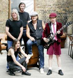 Foto de hoje em dia. Todos os integrantes originais (exceto BJ que substituiu BS): Cliff Williams, Phill Rudd, Brian Johnson, Malcolm e Angus Young.