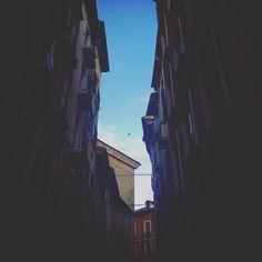 Callejones. #instamood #instagram #instagramers #instacool #instagood #pamplona #navarra #europe #city #street #light #sky #skyporn #calle #callejon #callejuela #love #amazing #picture #pictures #picoftheday #pic