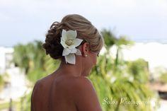 Beach wedding hair (Photo: Solomon C. Davis) #destinationwedding #lasterrazas #weddinghair #flowers