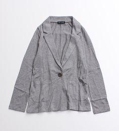 【non-sens】 ノンサンスで定番のテロジャケット。 ジャケットのきちんと見える要素はそのままに、落ち感のあるテロッとした生地が着心地良く着用していただけます。 スーツ生地のようなパリッとした仕上がりとは違い、オフィスカジュアルにピッタリな雰囲気で着用できるのもコーディネートの幅が広がりそう。 ※ モデル着用は、クロです。