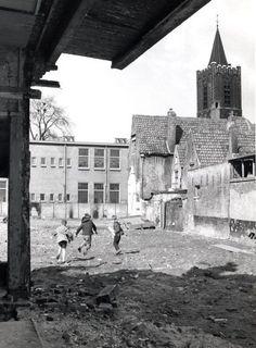 Dit is (was) de Louronstraat, nu Sint Janshof. Zicht op de oude LEAO, nu de Pastorietuin. 1961