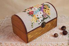 """Деревянный сундучок """"Солнечный день"""", украшенный вышивкой шелковыми лентами — работа дня на Ярмарке Мастеров"""