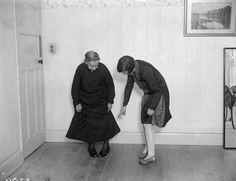 IlPost - Mai troppo vecchi - La signora Harridine, 87 anni, di Londra, prende lezioni di Charleston da Eileen Hillman (Fox Photos/Getty Images)