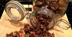 Krispigt, nyttigt och gott! Granola är en av de senaste frukosttrenderna och förpackningarna säljer som smör i butikerna. Men se upp, ofta innehåller färdig granola en hel del tillsatt socker. Kostexperten Yvonne Lundgren tipsar om ett enkelt, gott och nyttigt recept på hemmagjord granola müsli – helt utan tillsatt socker.