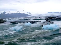Jökulsarlón, Islande#Entre Skaftafell et Höfn, Jökulsralón est une merveille ! Il s'agit d'un lac, profond de 200 m (!), formé par l'arrivée d'une des langues glaciaires du Vatnajökull. Paysage polaire avec des icebergs aux reflets noirs et bleus. À voir de préférence en fin de journée, avec une lumière rasante. Superbe. De l'autre côté de la route, plage de sable noir sur laquelle des blocs de glace sont échoués.#http://urlz.fr/3hxU#vagabond3.com