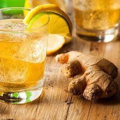Se conocen muy buenas razones para tomar un vaso de agua de jengibre todos los días. Conozcámoslas. Para qué sirve el agua de jengibre El jengibre es una planta de la India pariente cercano de la cúrcuma, el cardamomo y el galangal. Lo que se emplea de ella es su tallo subterráneo o rizoma, también … Shandy, Ginger Ale, Health Magazine, Pickles, Cucumber, Health Fitness, Lose Weight, Nutrition, Healthy Recipes