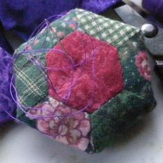 Handwork - While You Wait Take-along Projects - Hexie Pincushion Tutorial Sewing Tutorials, Sewing Crafts, Sewing Projects, Sewing Kits, Sewing Tools, Craft Projects, Craft Ideas, Pincushion Tutorial, Crochet Pincushion