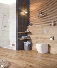 panele drewnopodobne w łazience z prysznicem