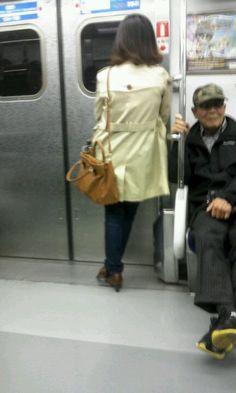 지하철을 타고 가면서 서서도 거울을 보면서 제품을 사용한다.