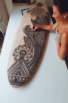 Surfboard Painting, Surfboard Art, Skateboard Deck Art, Custom Skateboards, Polynesian Art, Posca Art, Tiki Art, Hawaiian Art, Muse Art