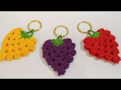 In this tutorial you will learn how to crochet a classic leaf with little chain spaces inside. This crochet leaf looks good by itself and can be a perfect ad. Crochet Fish Patterns, Crochet Earrings Pattern, Crochet Designs, Crochet Leaves, Crochet Flowers, Crochet Pour Halloween, Beaded Hat Bands, Crochet Strawberry, Silk Bangles