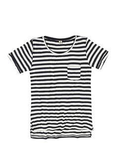 Blusa feminina tipo t-shirt listrada com bolso na cor preto em tamanho P. 1f97a4b7ae5ba