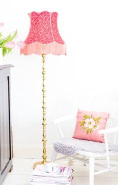 Oude #omalampen zijn eigenlijk te #schattig voor woorden. Mooie, #peervormige #lampenkappen met #bloementjesprints en franjes op een #klassiek gevormde #voet: je zou ze zo weer in #huis halen!
