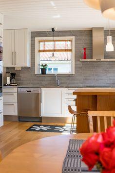Ett kök vi gillar! Vitt, grått och rostfritt - och ek! Ja! Home Hacks, Sweet Home, Kitchen Cabinets, Decorating, Tips, Table, Furniture, Home Decor, Decor