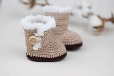 Ugg Inspired Crochet Baby Booties - free pattern and Videotutorial Crochet Boots, Crochet Slippers, Cute Crochet, Crochet For Kids, Crotchet Baby Shoes, Crochet Baby Blanket Beginner, Baby Knitting, Baby Patterns, Crochet Patterns