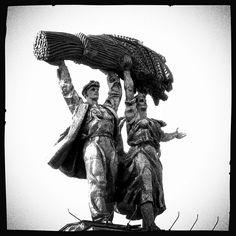 «Хлеборобы» (Grain growers) Скульптура арки главного входа ВДНХ (ВВЦ): «Тракторист и колхозница» (автор – скульптор С. М. Орлов)