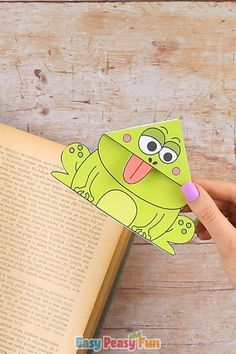 Encourage reading with these silly looking Frog Corner Bookmarks With Template. Print out the pre colored version or the color in version that kids can color in all by themselves. Crafts Frog Corner Bookmarks With Template Preschool Crafts, Diy Crafts For Kids, Easy Crafts, Paper Crafts Origami, Paper Crafting, Origami Owl, Corner Bookmarks, Ideias Diy, Christmas Drawing