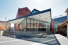 The project combines the programs of verandah, bandstand and public hall to become a new hybrid space.