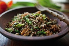 Recipe: Wild Rice and Brown Rice Salad with Asparagus. Just be careful when buying wild rice boxed mixes. Many of them have wheat or actually have a fine pasta mix in with the rice. This recipe calls for wild rice- not a mix. Clean Eating Recipes, Healthy Eating, Cooking Recipes, Healthy Food, I Love Food, Good Food, Yummy Food, Brown Rice Salad, Vegetarian Recipes