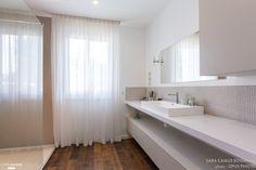 La salle de bains rénovée fait la part belle au blanc pour gagner en luminosité.