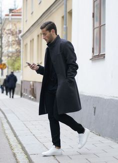 Black overcoat, black jeans, and new white sneakers. Look Fashion, Winter Fashion, Mens Fashion, Fashion Outfits, Fashion Menswear, Fashion Black, Fashion Styles, Fashion Clothes, Street Fashion