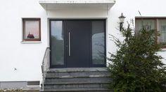 Kompotherm-Haustüre mit Seitenteil. Flügelüberdeckend. Einbruchhemmendes Glas, satiniert. Farbe Anthrazitgrau.